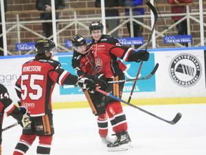 Alexander Pettersson firar ett av säsongens mål.