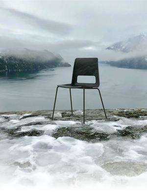 Arkitektkontoret Snøhetta och möbelfirman NCP har gjort en stol av trasiga fiskenät, linor och rep från den norska fiskeindustrin. Pressbild: Hilde Sletten