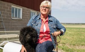 """Carina Elmén håller på att utbilda sin pudel Keno till assistanshund då hon har en ryggskada. """"Det är lycka och jubel att äga en pudel"""", säger Carina."""