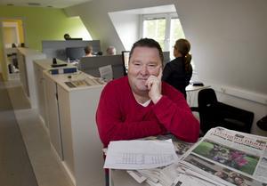 Börje Andersson är en av flera mångåriga medarbetare på Skövde Nyheter. Sedan många år jobbar han som nyhetschef och är därmed spindeln i nätet när det gäller nyhetsarbete.