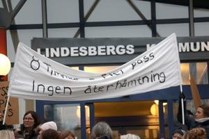 Återhämtning är en del av frågorna som dyker upp på banderollerna.