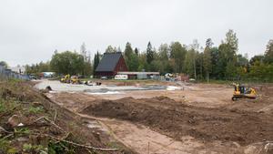 Markarbete vid Risbrokyrkan där nya förskolan Skogsgläntan byggs av AB Byggprojekt i Dalarna.