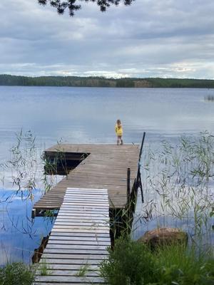 Liten flicka, stor sjö.