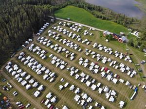 På en åker i Gammelhomna hade det byggts upp en tillfällig camping i samband med orienteringstävlingen.