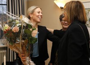 Anna Duberg får en kram av Karin Johansson, en av styrelsemedlemmarna i Yrkeskvinnors klubb, som delade ut priset på måndagen. I bakgrunden klubbens ordförande, Inger Beijer.