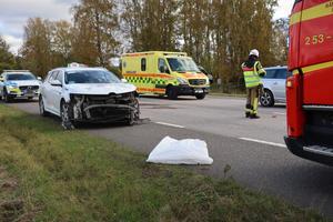 Polis, ambulans och räddningstjänst var på plats efter olyckan utanför Axvall.