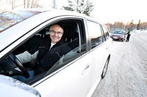 Sören Eriksson från Ramvik tycker att det är toppen att polisen har kontroller längs vägarna.