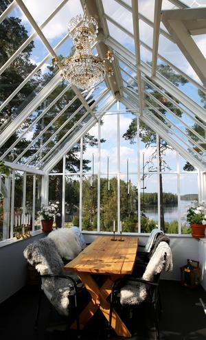 En kristallkrona ståtar i taket på växthuset.