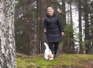 Skogen blev räddningen. Här kunde hon gråta ut när ångesten kom. Idag medför den glädje när hon tar turer med Muschen, en av hennes dagishundar.