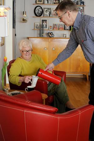 När de sista kunderna har lämnat möbelaffären på lördagseftermiddagarna åker Kärstin och Per Jonas hem och pustar ut i de röda fåtöljerna med en kopp kaffe. Foto: Sara Adelhult.