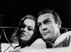 Luciana Paluzzi och Sean Connery under inspelningen av