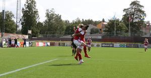 Kom i min famn. Simone Edefall och Sarina Bolden jublar efter 1–0.