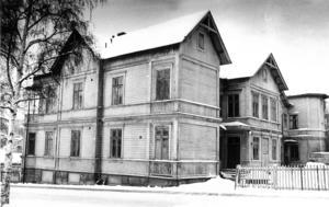 Det här huset på Strandgatan var i väldigt dåligt skick 1978. Bara fyra lägenheter kunde hyras ut och kommunen gick i förlust på fastigheten. Riksbyggen köpte detta, och hus på Köpmangatan, rustade upp dem och gjorde bostadsrätter.