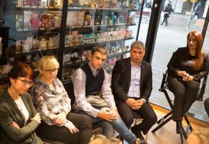 Framför hyllorna med damdofter samtalade Sverigedemokraternas gruppledare Beata Milewczyk (SD), stadsmiljöchefen Annika Linde, samhällsbyggnadsdirektören Homan Gohari, Liberalernas gruppledare Metin Hawsho och Kick's butikschef Märta Jirjis.