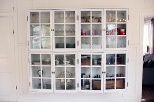 Väggskåpet har Mats byggt av gamla fönster. Här finns gott om plats för diverse prylar som man vill ska synas.
