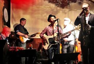 Olle spelar med flera olika band.