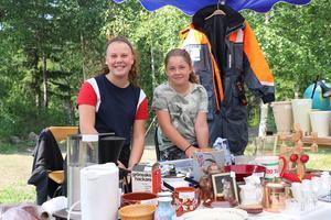 Saga Pålsson och Linnea Pålsson hade en liten loppis i det stora tältet som gav en svalkande skugga i det varma vädret.