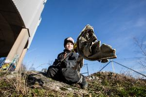 Jordan Berglund rensar området runt vattentornet på sådant som kastats vind för våg.