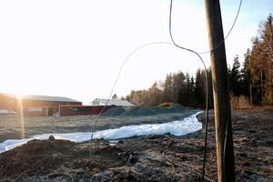 Det är en luftledning som går genom Bergshamra som en grävmaskin råkat ha av. Kabelbrottet är synligt bredvid Kronholms Bil & Gummi och trots det felsöker Telia utrustningen i de berörda verksamheterna.