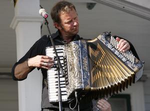 Några låtar som familjen brukar spela är; Edholms Schottis och Mitt i Juli. Foto: Tobias Welander