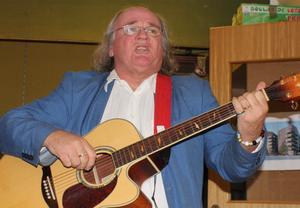 Allan Willny med sin gitarr. Foto: Ulla Laiho