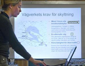 Catherine Vennberg visar sitt förslag till turistväg i Dellenbygden.