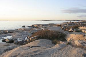 HÖSTSOL.  Blå kvällsljus över Saltö söder om Strömstad.