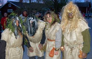 Välklädda. Direkt från skogen kom den här kvartetten troll.
