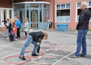 Utematte står på schemat första dagen i Åre. Simon Sätherberg, åk 3, har kastat bra tycker gruppledare Björn Bergetoft, som är skolans nye rektor.