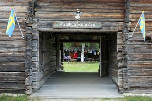 Ingången till Hembygdsgården där Vemdalens sommarmarknad nu delar rum med hantverksdagarna