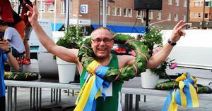 Lagledaren Kent Anderzon var strålande glad efter att ha lett sitt lag över målgången i Östersund