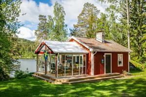 Foto; Therese Johansson/ Bostadsfotograferna. En sommarstuga i Vibäck norr om Karlskoga lockade 5 759 till en virtuell promenad i huset och på tomten.