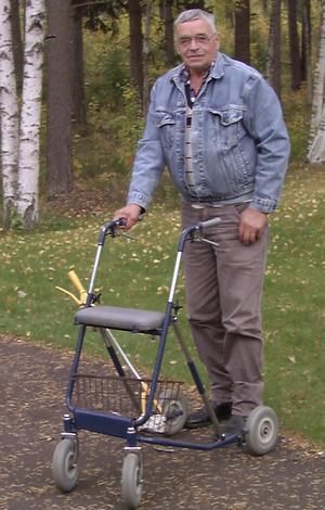 Busk-John från Särna under en promenad utanför servicelägenheten i Rättvik. Året var 1997.