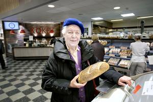 Marianne Jäderberg är Frankrikeinspirerad i blå basker och det vita brödet tydliggör hela bilden.