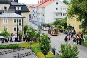 Flera stod längs med gatorna för att titta på eleverna. Ett par varv körde ekipagen genom centrala Askersund.