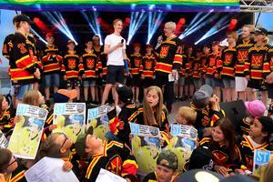 Ungdomsspelare från Ånge IK omringade Elias Pettersson på scenen på torget i Ånge när hockeystjärnan klev upp. Där avslöjades sedan att han skrivit på ett NHL-kontrakt, till publikens förtjusning.