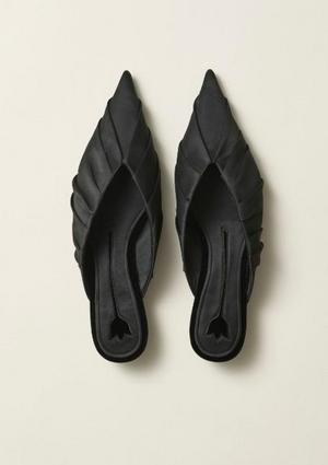 Karins tulpaner, omslagsbilden hon gjorde åt Konstnärsklubben 1895, har inspirerat designen i de här skorna som finns med i H&M:s nya kollektion. Foto: H&M
