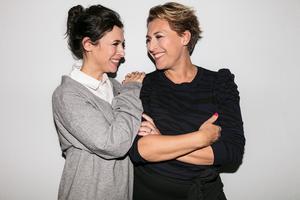 Amanda Schulman och Hannah Widell gör krämer och hårvård på Krämfabriken i Falun.