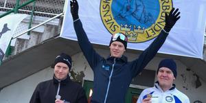 Johan Röjler på pallen för att ta emot silvermedaljen på 500 meter.