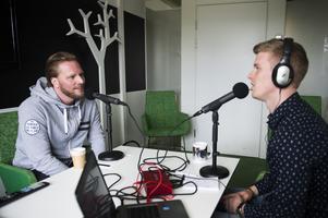 Adam Johansson är programledare och redaktör för nya podcasten Hockeypuls. Här samtalar han med Mathias Månsson, tidigare  hockeyspelare i bland annat Brynäs, Modo och Södertälje.