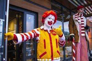 Ronald McDonald välkomnande gästerna.