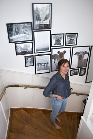 I trapphuset är väggarna än så länge vitmålade. Här har Felicia istället låtit hänga fotografier på henne och Jens, djuren och några av deras favoritplatser.
