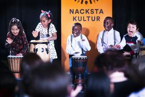 Nacksta förskola inledde vårshowen med att spela finsk polska på trummor.