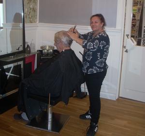 Negem heter frisören som tar hand om salongen på Tempo i  Vallsta.