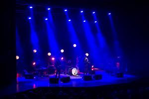 På onsdagskvällen rockade proggarna i Nationalteaterns rockorkester loss i en välfylld Tonhall. Publiken fick höra många kända klassiker.