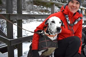 Emma Bejmars hund fick följa med och titta på medan matte testade på att ta sig upp ur isvaken.
