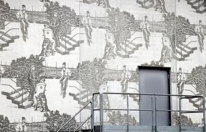 Så här kan grafisk betong se ut. Ett verk av konstnären Karin Laaja som invigdes 2010 och pryder Trafikverkets driftledningscentral i Ånge.