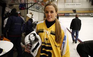 Pernilla Elardt har även spelat i SAIK. Det gjorde hon under säsongen 2015/2016. På sin mask har Elardt två porträtt på sina föräldrar som unga.