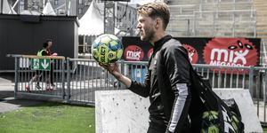 Martin Broberg samlar ihop bollarna efter måndagens ÖSK-träning.