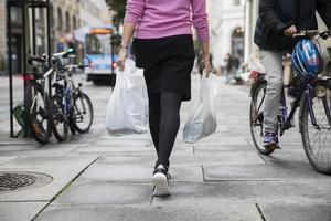 Regeringen inför nu en rad skatter med liten eller ingen påverkan på miljön och klimatet. Plastpåseskatten på tre kronor är det tydligaste exemplet, skriver debattförfattarna.